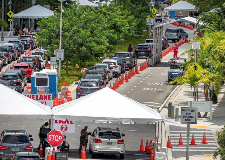 Personas hacen cola para obtener el servicio de pruebas de detección de COVID-19 por parte de la Guardia Nacional del Ejército en Florida, en colaboración con la Ciudad de Miami  y el Departamento de Salud en el Centro de Convenciones de Miami Beach. Foto: Cristóbal Herrera/EFE.