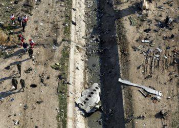 ARCHIVO - En esta imagen de archivo del 8 de enero de 2020, rescatistas trabajando en el lugar donde se estrelló un avión ucraniano en Shahedshahr, al suroeste de Teherán, Irán. Investigadores iraníes responsabilizaron a una batería de misiles mal colocada y a un error de comunicación entre soldados y sus comandantes por el siniestro de un avión ucraniano de pasajeros derribado en enero por la Guardia Revolucionaria. Murieron 176 personas. (AP Foto/Ebrahim Noroozi, Archivo)