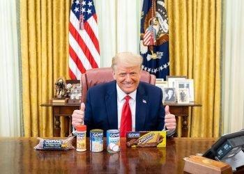 Donald Trump posa con productos de la marca de alimentos Goya Foods, en medio del boicot lanzado por parte de la comunidad latina en contra de esa empresa por el apoyo de uno de sus directivos al gobernante. El tema es abordado en un mensaje de campaña de Trump dirigido a los cubanos del sur de Florida. Foto: EFE/@realdonaldtrump/Instagram.