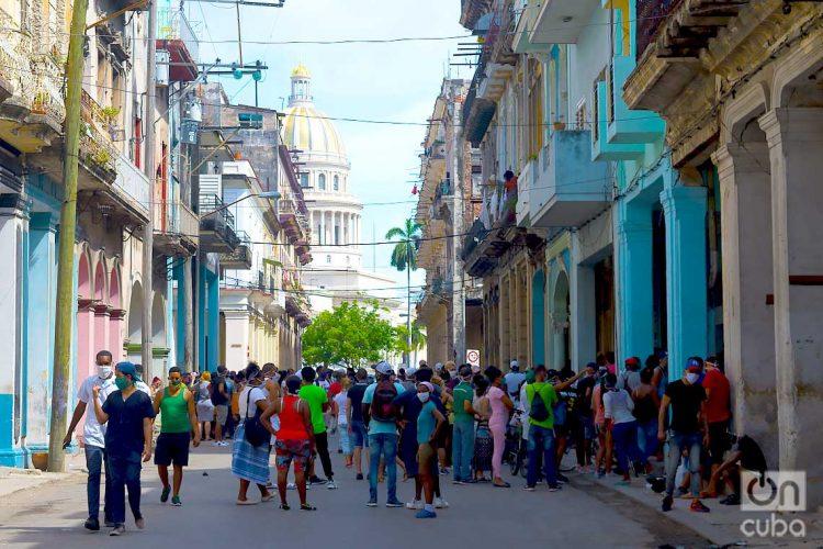 Colas para comprar alimentos en La Habana. Foto: Otmaro Rodríguez