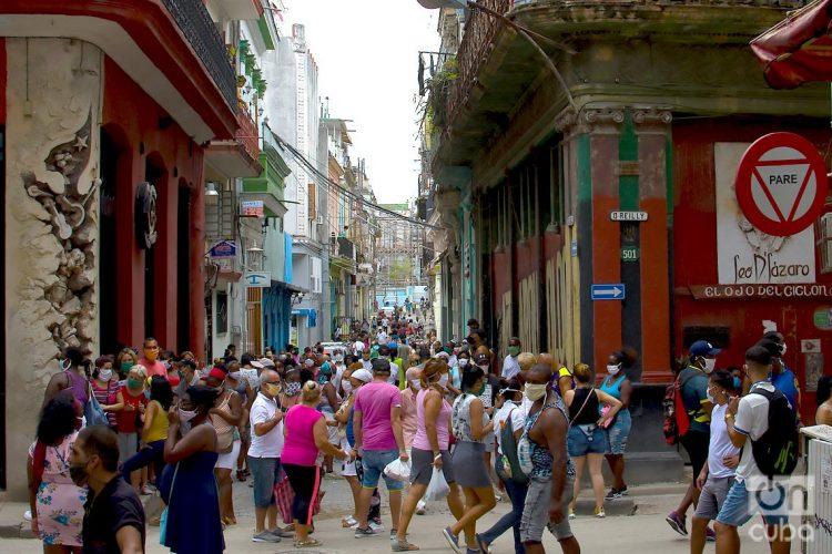 Calle Villegas y  O´REILLY, Habana Vieja. Colas para comprar alimentos en La Habana. Foto: Otmaro Rodríguez
