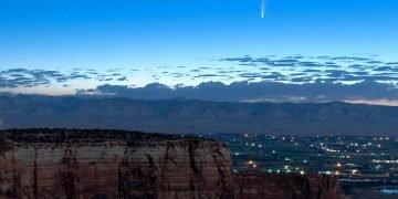 El cometa Neowise aparece en el horizonte de madrugada visto desde el Monumento Nacional Colorado al oeste de Grand Junction, Colorado, 9 de julio de 2020. Foto: Conrad Earnest via AP.