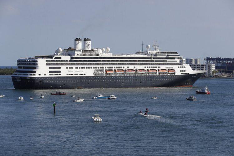 En esta fotografía del 2 de abril de 2020 el crucero Rotterdam se prepara para atracar en Fort Lauderdale, Florida. Foto: AP/Wilfredo Lee.