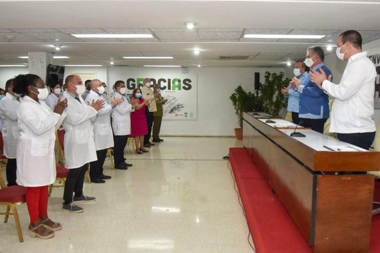 El presidente cubano, Miguel Díaz-Canel, recibió hoy a médicos de la Isla que combatieron la pandemia en Andorra, Nicaragua y Antigua y Barbuda. Foto: @PresidenciaCuba/Twitter.