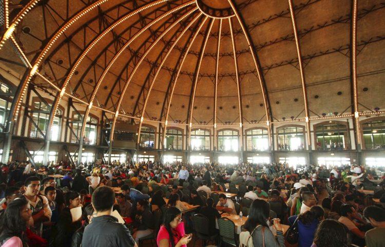 En esta fotografía del 15 de agosto de 2012, inmigrantes llenan formularios para inscribirse en el programa DACA. Foto: Sitthixay Ditthavong/AP.