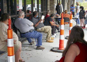 Una agencia de ayuda a desempleados en Omaha, Nebraska, el 15 de julio del 2020. Foto: AP/Nati Harnik.