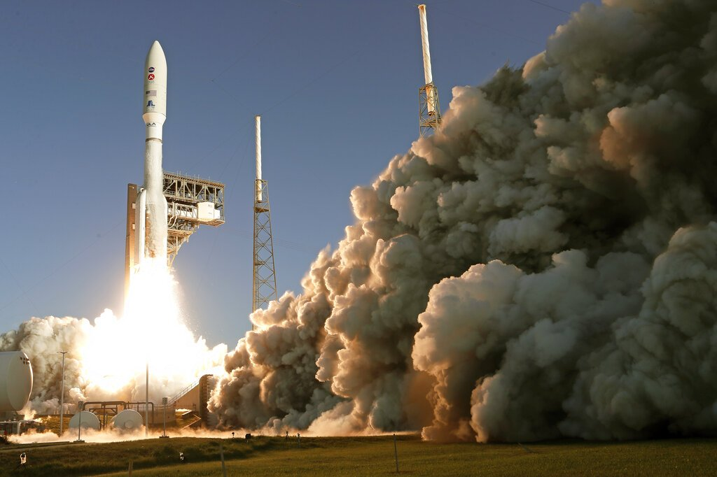 Un cohete Atlas V de la firma United Launch Alliance despega de Cabo Cañaveral, Florida, el jueves 30 de julio de 2020. Foto: AP/John Raoux.
