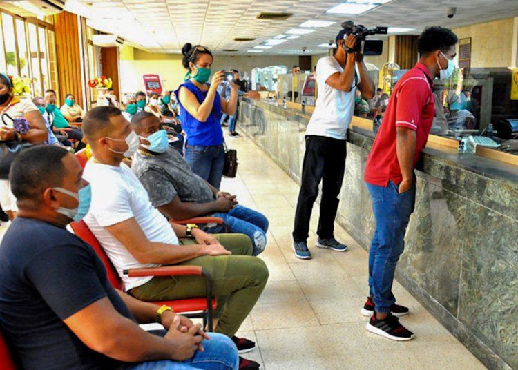 Cuatro de los más destacados jugadores del equipo granmense de béisbol donaron dinero para la lucha contra la COVID-19 en Cuba. Foto: lademajagua.cu