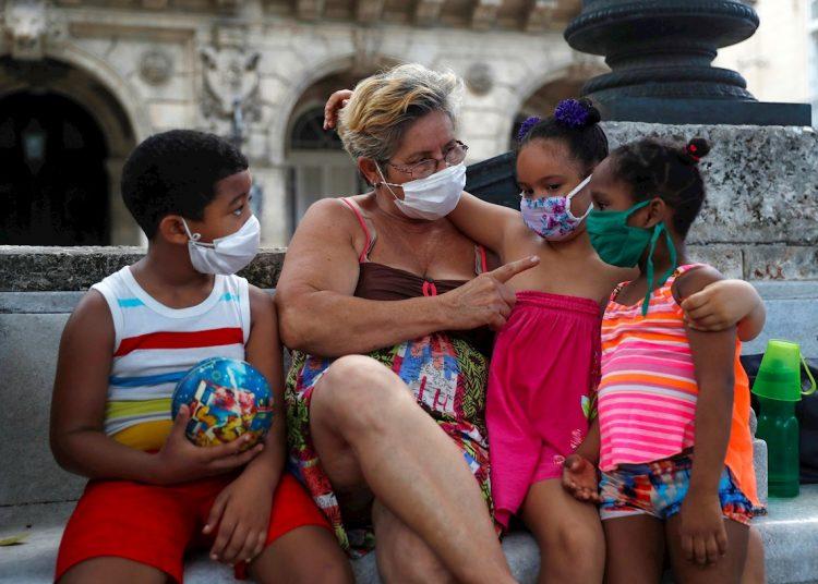 En La Habana fueron diagnosticados 14 personas con la COVID-19, en los municipios de Plaza de la Revolución, Boyeros, Centro Habana, La Lisa, Marianao y 10 de Octubre. Los contagios de Artemisa se detectaron en los municipios de Bauta y Caimito. Foto: Yander Zamora/EFE.