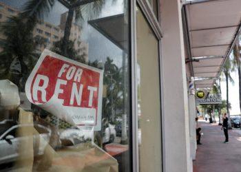 """En esta imagen del 13 de julio de 2020, se ve un letrero de """"Se Renta"""" en una tienda cerrada por la pandemia del coronavirus, en Miami Beach. Foto: Lynne Sladky/AP."""