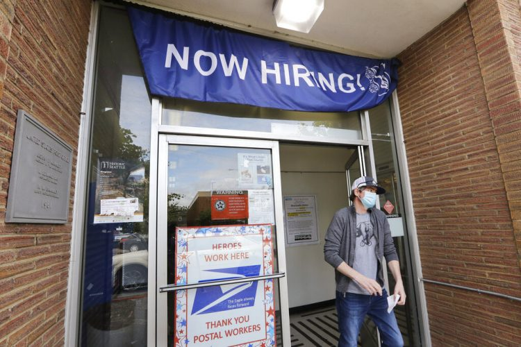En imagen de archivo del jueves 4 de junio de 2020, un cliente sale de la oficina de correos de Estados Unidos que solicita empleados, en Seattle. Foto: AP/Elaine Thompson.