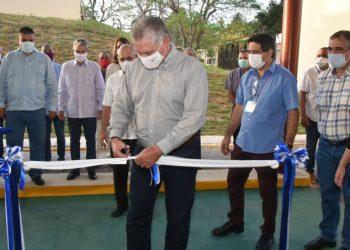 El presidente cubano Miguel Díaz-Canel (c) inaugura una planta de producción de péptidos sintéticos en el Centro de Ingeniería Genética y Biotecnología (CIGB) de La Habana, el 30 de julio de 2020. Foto: Presidencia Cuba / Twitter.