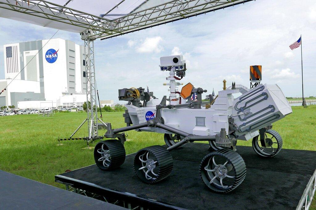 Una réplica del vehículo explorador Perseverance que será enviado a Marte es exhibido el miércoles 29 de julio de 2020 afuera de una sala de prensa antes de una conferencia en el Centro Espacial Kennedy, en Cabo Cañaveral, Florida. Foto: AP/John Raoux.