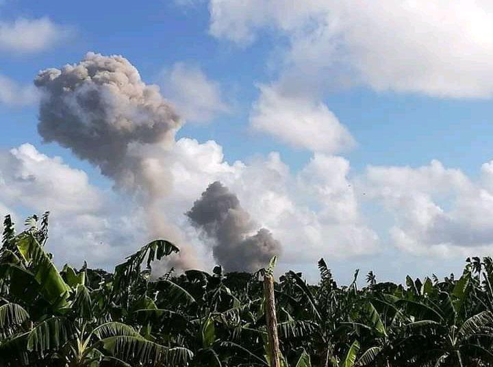 Vista de columnas de humo desde la localidad de Velasco, en Holguín, Cuba, supuestamente resultado de explosiones ocurridas en una unidad militar cercana, el 6 de julio de 2020. Foto: Hanoi Martínez / Facebook.