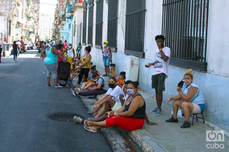 Continúan las colas para adquirir alimentos en La Habana. Foto: Otmaro Rodríguez