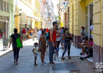 Niños en la calle Obispo con sus padres. Foto: Otmaro Rodríguez/Archivo.