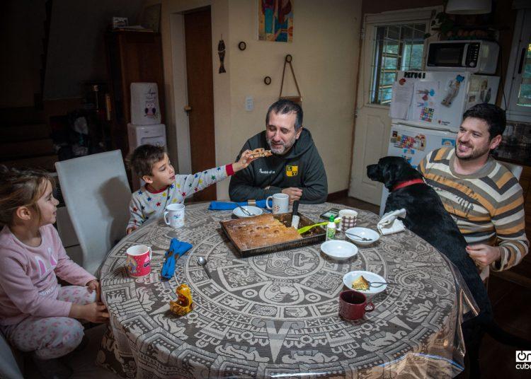 A más de 100 días de cuarentena en Argentina, la algarabía en la casa comienza desde el desayuno. Uma, Mateu, papá Nacho, pare Pau (pare es padre en catalán. Así le dicen Uma y Mateu a Pau) y Roig, el perro de la familia. Fotos: Kaloian Santos.