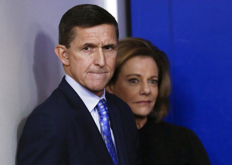 Michael Flynn, exasesor de seguridad nacional del presidente Donald Trump. .A su lado, la vice asesora de seguridad, K.T. McFarland. Foto: Carolyn Kaster/AP.