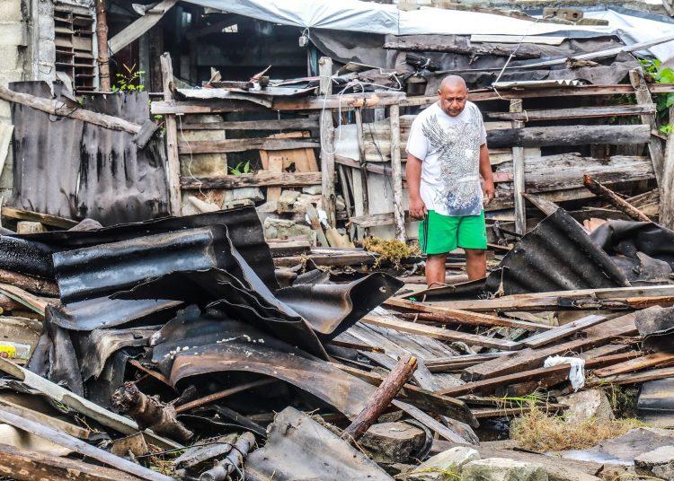 Un hombre camina sobre los escombros que dejó en la ciudad de Baracoa el huracán Isaías, a su paso por el norte del oriente cubano. Foto: Rubén Aja / Facebook.