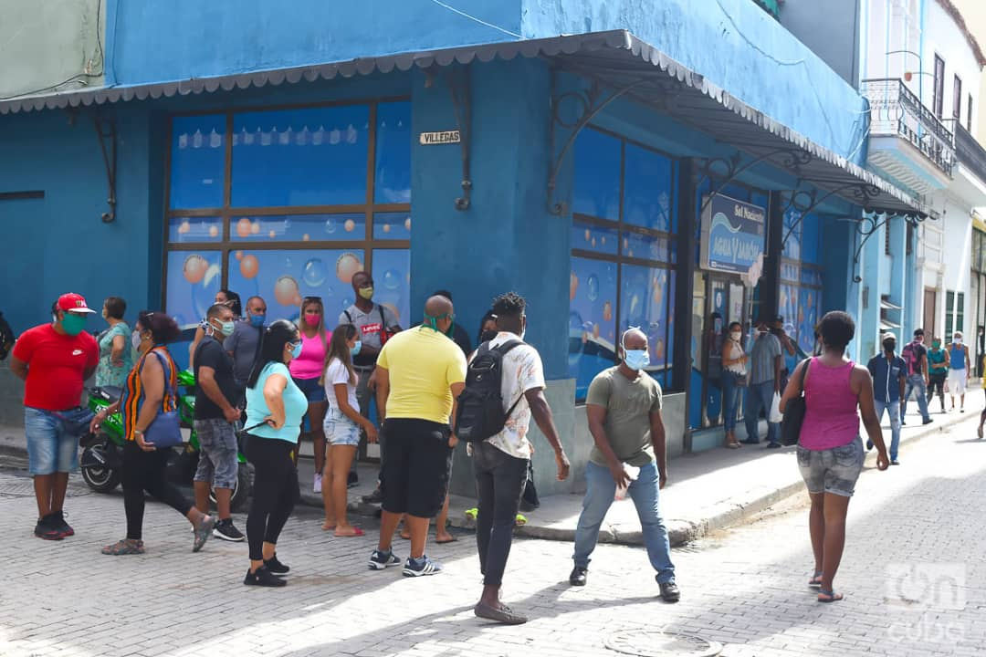 Compradores en la cola en las afueras de la tienda El Sol Naciente, en la calle Obispo de La Habana, una de las nuevas tiendas que iniciaron la venta de artículos en Moneda Libremente (MLC) este lunes 20 de julio de 2020, como parte de las nuevas medidas económicas del gobierno cubano. Foto: Otmaro Rodríguez.