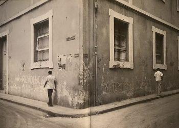 Imagen de una calle de La Habana tomada por el fotoperiodista estadounidense Lee Lockwood durante sus visitas a Cuba entre 1959 y 1969. Recogida en su libro La Cuba de Fidel (Tachen, 2016).