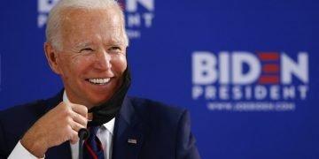 El candidato demócrata a la presidencia de EE.UU. Joe Biden sonríe durante una mesa redonda sobre la reapertura económica, jueves 11 de junio de 2020, en Filadelfia. Foto: Matt Slocum/AP/ Archivo.