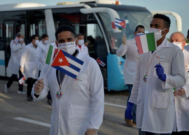 Regreso de la brigada médica cubana desde Italia. Foto: Yamil Lage /EFE.