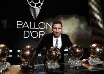 Foto de archivo de Messi con sus seis trofeos de ganador del Balón de Oro en París, Francia, 2 de diciembre de 2019. Foto: EFE/EPA/Yoan Valat.