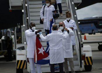 """Llegada al Aereopuerto Internacional """"José Martí"""". Foto: AIN."""