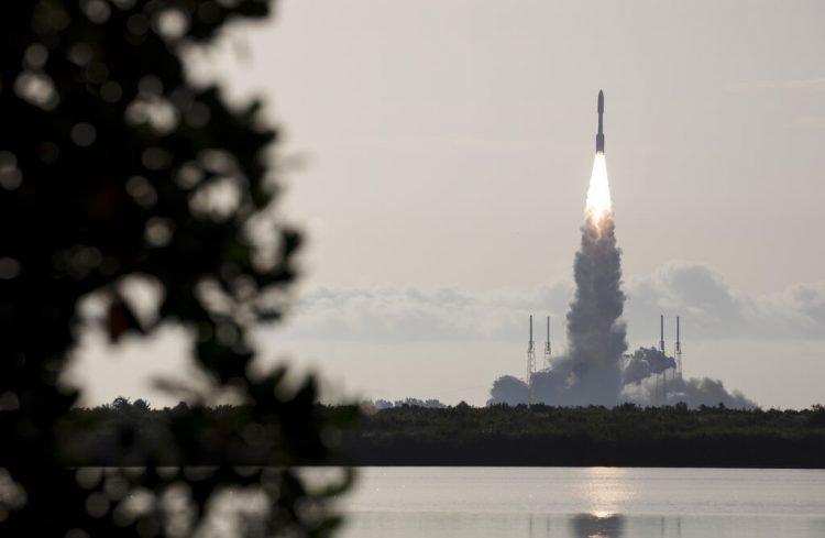 Fotografía facilitada por la NASA de un cohete Atlas V del proveedor aeroespacial United Launch Alliance despegando de Cabo Cañaveral, Florida, el jueves 30 de julio de 2020, llevando a bordo el explorador marciano Perseverance. Foto: Joel Kowsky/NASA vía AP.