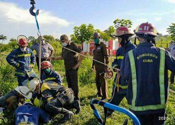 Bomberos durante la operación de rescate de Luis Yunier Carralero, atrapado en un pozo de 50 metros de profundidad. Foto: Tribuna de La Habana.
