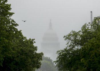 Con nuevos picos de COVID-19 por todas partes y al agotarse los fondos, el Congreso debate un nuevo paquete de rescate. Foto:  Andrew Harnik/AP.