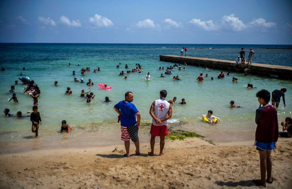 Por las menores restricciones gubernamentales y la ola de calor que azota a la isla, miles de cubanos están abarrotando las playas. Foto: AP/Ramón Espinosa.