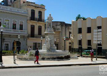 Personas caminan por la Plaza de Albear, en La Habana. Foto: Otmaro Rodríguez.