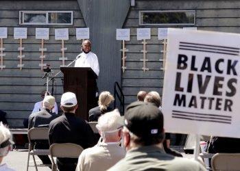 El diácono Joseph Conner habla en una vigilia de oración al aire libre por la justicia racial, en la iglesia de la Inmaculada Concepción el domingo 19 de julio de 2020 en Seattle. Foto: AP/Elaine Thompson.