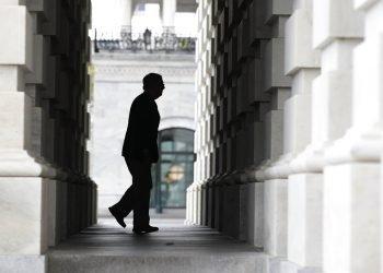 Fotografía de archivo del 21 de abril de 2020 del líder de la mayoría del Senado, Mitch McConnell, llegando al Capitolio. Foto: Patrick Semansky/AP.