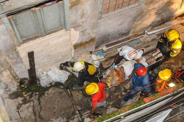 Rescatistas sacan con vida a anciana que quedó atrapada bajo los escombros de un derrumbe en La Habana. Foto: Granma/Dunia Álvarez.