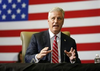 El asesor de seguridad nacional de la Casa Blanca, Robert O'Brien, habla en una sesión informativa sobre operaciones contra el narcotráfico, en Doral, Florida. Foto: Evan Vucci/AP/archivo.