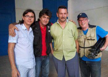 """De derecha a izquierda, Roly Peña, César Hidalgo y dos miembros del equipo de trabajo de la serie """"La conjura del silencio"""". Foto: tomada del Facebook de César Hidalgo."""