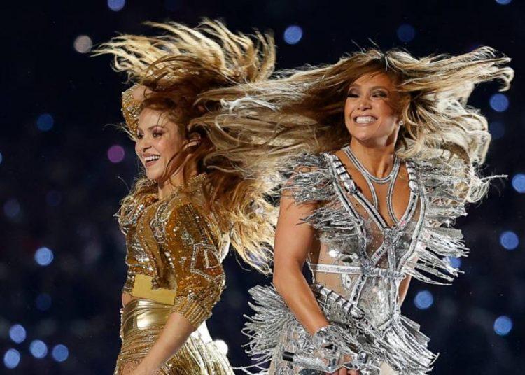 Shakira, a la izquierda, y Jennifer López durante su espectáculo en el Super Bowl, en Miami Gardens, Florida, 2 de febrero de 2020. Foto: Patrick Semansky/AP.