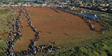 Centenares de personas hacen fila para recolectar alimentos en un centro de distribución en el asentamiento informal de Itereleng en Pretoria, Sudáfrica, el miércoles 20 de mayo de 2020, cuando el país cumplía 55 días de confinamiento soocial ordenado por el gobierno para evitar la propagación del coronavirus.  Foto: Phil Magakoe/AP