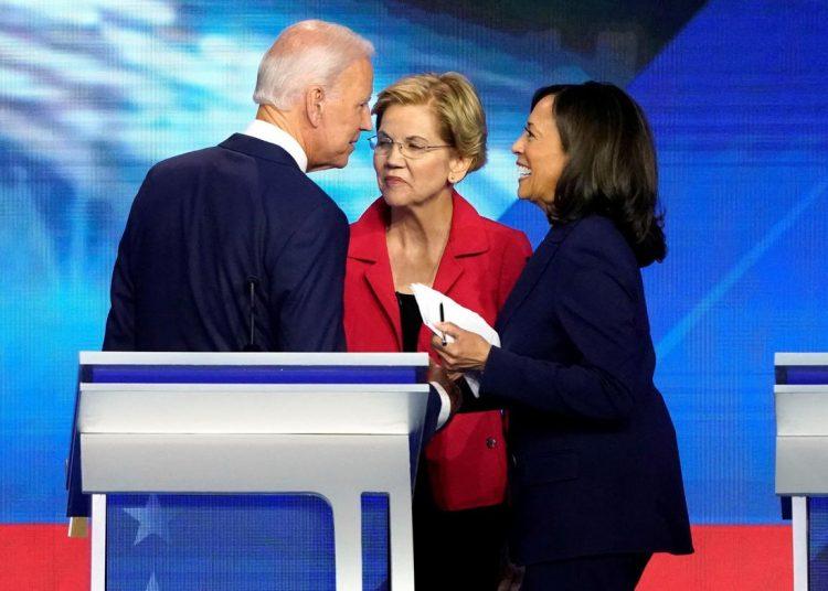 El ex vicepresidente Joe Biden habla con la senadora Elizabeth Warren y la senadora Kamala Harris después de concluir el debate presidencial demócrata en Houston, Texas, el 12 de septiembre de 2019. Foto: Mike Blake / REUTERS.