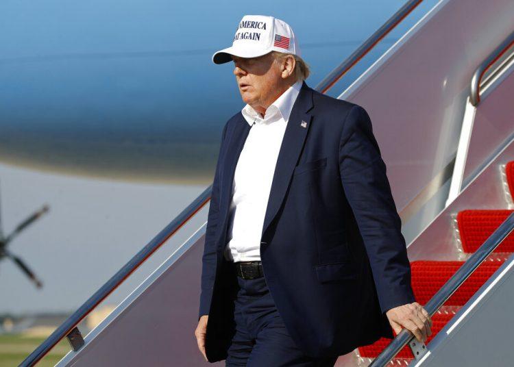 El presidente Donald Trump baja del avión presidencial en la Base de la Fuerza Aérea Andrews, en Maryland, el domingo 26 de julio de 2020. Foto: Patrick Semansky/AP.