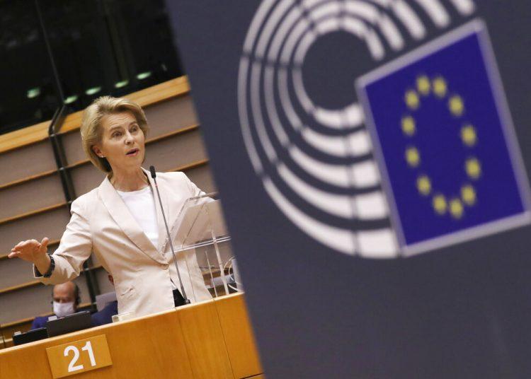 La presidenta de la Comisión Europea, Ursula von der Leyen, habla al Parlamento Europeo en Bruselas. Un organismo supervisor independiente de la UE ha pedido que se investigue el acuerdo comercial del bloque con el Mercosur, una unión aduanera de cuatro países sudamericanos. Foto: Yves Herman, Pool Photo via AP