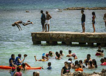 La gente disfruta el día en la Playa del Salado en Caimito, provincia de Artemisa, Cuba, el miércoles 15 de julio de 2020. Foto: AP/Ramón Espinosa.