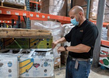 Paco Vélez, director de Feeding South Florida, revisa los productos en su almacén en Pembroke Park, el mayor banco de alimentos de Miami-Dade. Foto: Cristóbal Herrera / EFE.