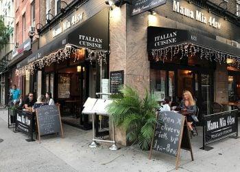 Unas personas comen en el restaurante Mama Mia 44sw, en el barrio de Hell's Kitchen en Nueva York (EE.UU), durante la desescalada post COVID-19. Foto: Nora Quintanilla / EFE / Archivo.