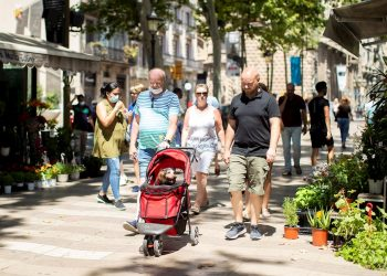 Un grupo de visitantes en las Ramblas, en Barcelona, el lunes 6 de julio de 2020, cinco días después de la apertura de fronteras tras el fin del estado de alarma en España. Foto: Marta Pérez / EFE.