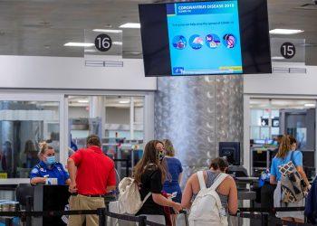 Pasajeros pasan por un control de seguridad en el Aeropuerto Hartsfield-Jackson de Atlanta, el pasado 2 de julio, cuando se disponen a viajar para la celebración del 4 de julio. EFE/Erik S. Lesser