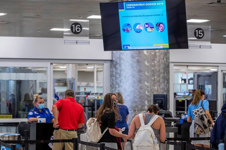 Pasajeros pasan por un control de seguridad en el Aeropuerto Hartsfield-Jackson de Atlanta, en 2020 durante la pandemia de coronavirus. Foto: Erik S. Lesser / EFE / Archivo.
